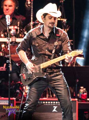 brad-paisley-playing-guitar
